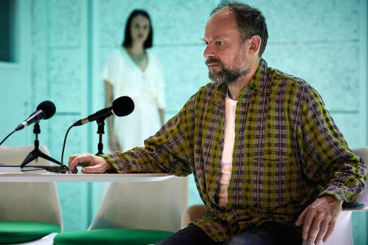 Denis Podalydès (avec Jennifer Decker en arrière-plan) dans« Une vie», de Pascal Rambert au Théâtre du Vieux-Colombier.