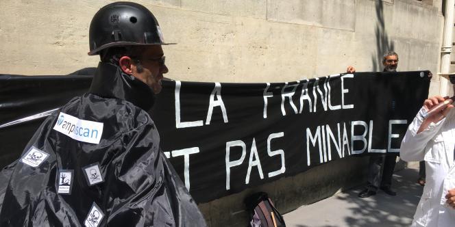 Manifestation des opposants aux mines, à Paris, le 15 juin 2017.