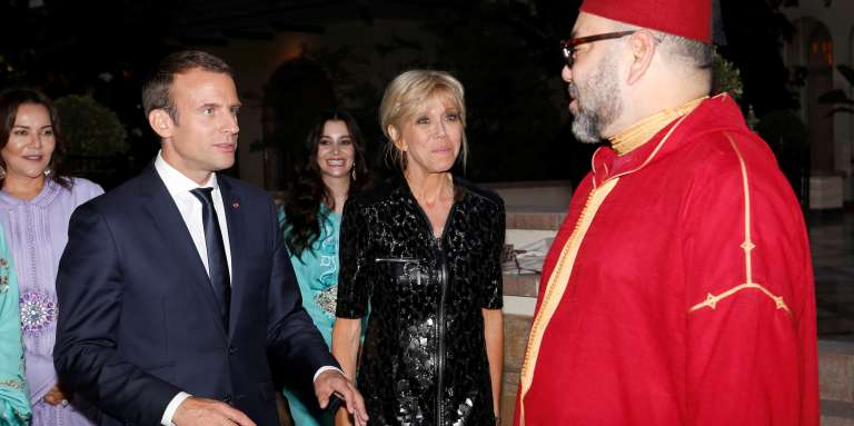 Emmanuel Macron, son épouse et le roi du Maroc Mohammed VI au palais royal, à Rabat, le 14 juin 2017.