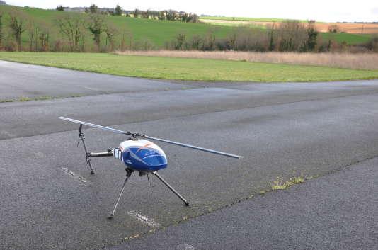 Dans le cadre d'une utilisation en agriculture, ce drone-hélicoptère peut traiter 30 à 50 ha à l'heure.