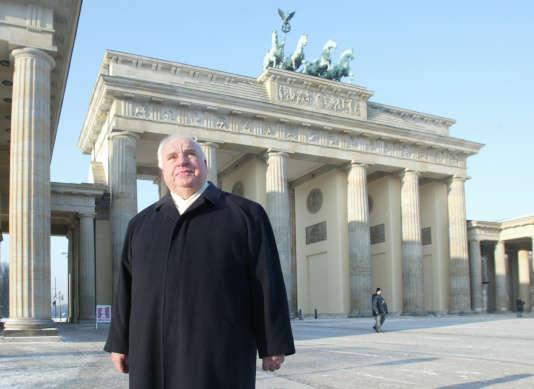 L'ancien chancelier allemand Helmut Kohl devant la porte de Brandebourg, à Berlin, le 8janvier 2003.