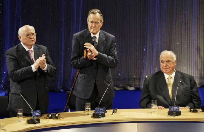 George H. W. Bush aux côtés de Mikhaïl Gorbatchev (g) et Helmut Kohl, lors des célébrations de la chute du mur de Berlin, le 31 octobre 2009.