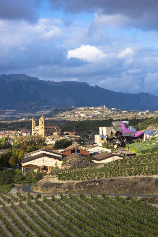 La bodega et l'hôtel du domaine Marques de Riscal ont été dessinés par l'architecte Frank Ghery, dans région de la Rioja (Espagne), en 2012.