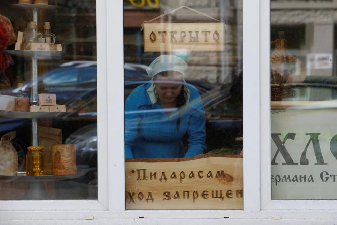 Sur la devanture de ce magasin moscovite, une pancarte annonce : «Interdit aux pédés».