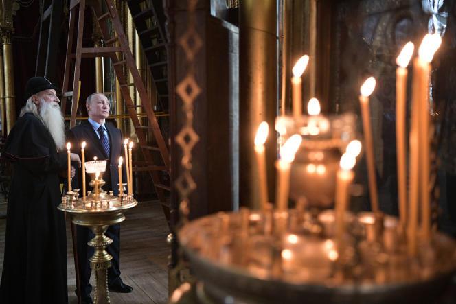 Le président russe Vladimir Poutine et le chef des vieux-croyants Corneille, à Sloboda Rogojskaïa, au sud de Moscou, le 31 mai.