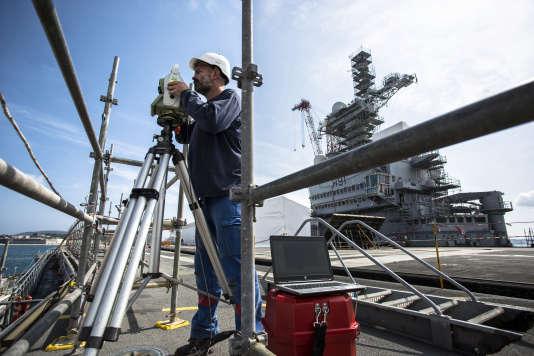 Sur le pont d'envol, Mikaël travaille à la mise en place de la plateforme pour l'optique principale d'appontage IFLOLS. Chantier de modernisation du porte-avions Charles de Gaulle, Toulon, juin 2017.