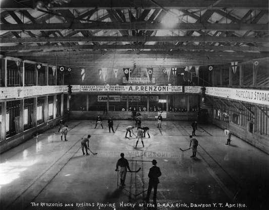 L'équipe de hockey de Dawson City, 1910.