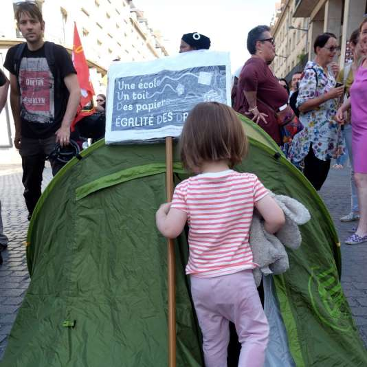 Une petite fille le jour de la manifestation en soutien au sans papiers mineurs d'Amiens (Somme), mercredi 14 juin.