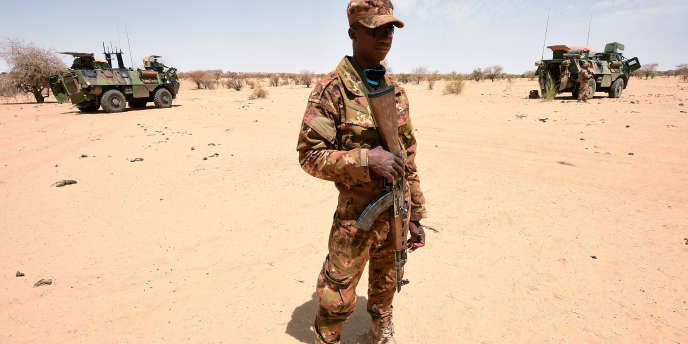 Un soldat malien patrouille avec les militaires français de l'opération «Barkhane», le 10mars 2016, à Timbamogoye, au Mali.