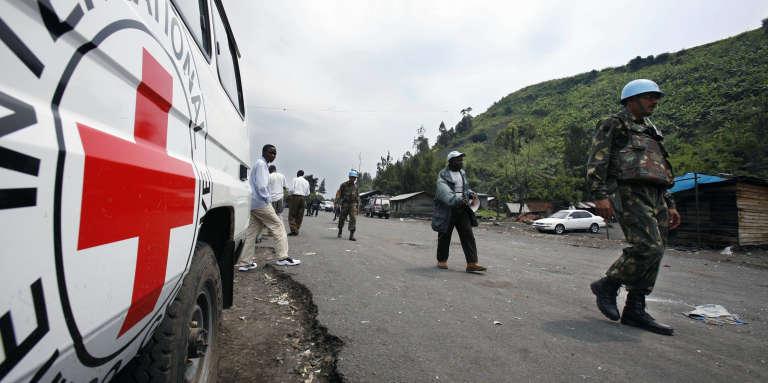 Des casques bleus et un véhicule du Comité international de la Croix-Rouge à Sake, dans l'est de la République démocratique du Congo (RDC), en novembre 2006.