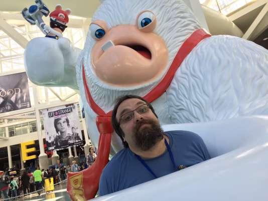 Davide Salieni pose auprès d'une réplique d'un personnage de Mario+Lapins crétins.