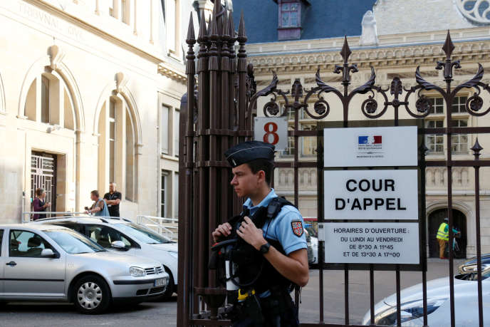 Devant la cour d'appel de Dijon, où Jacqueline Jacob et MarcelJacob ont été entendus par les juges, le 16 juin.