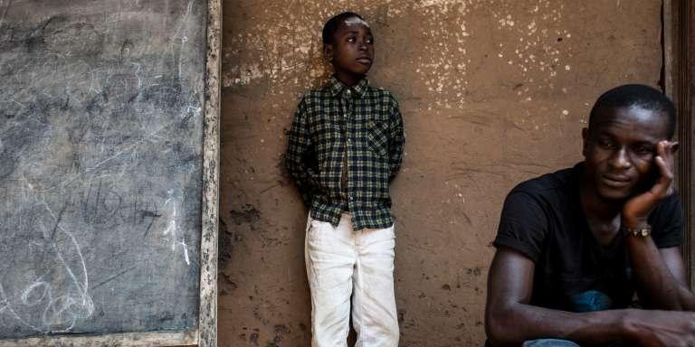 Jamal, orphelin, attend sa ration de nourriture dans un camp de déplacés à Kikwit, dans la province voisine de celle du Kasaï (RDC), le 7 juin.