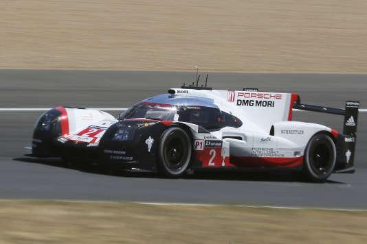 L'Allemand Timo Bernhard et les Néo-Zélandais Brendon Hartley et Earl Bamber sur la Porsche N°2 (919 Hybrid). (AP Photo/David Vincent)