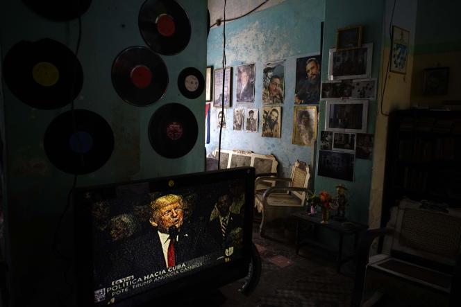 La Havane, le 16 juin. Un téléviseur diffuse l'annonce par Donald Trump de la révision de la politique d'ouverture envers Cuba.