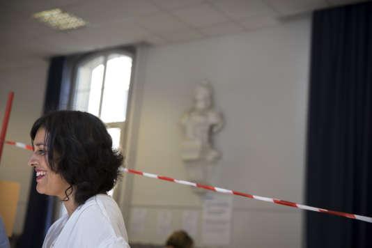 L'ancienne ministre Myriam El Khomri dans le 18e arrondissement à Paris, le 18 juin. Elle a été battue par Pierre-Yves Bournazel (LR).