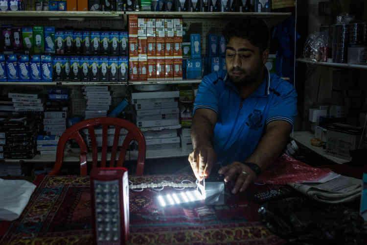 A Gaza, un vendeur de lampes présente des LED qui fonctionnent sur batterie. Ce système est employé par un grand nombre de Gazaouis lorsqu'il n'y a pas d'électricité.