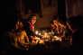 Rupture du jeûne dans une famille obligée de s'éclairer à la bougie, à Gaza, le 15 juin.