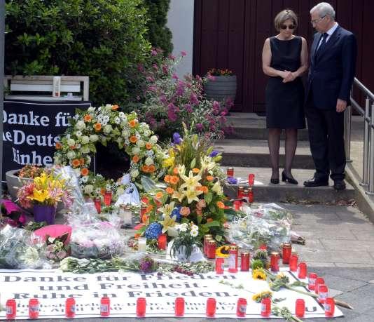 La veuve d'Helmut Kohl, Maike Kohl-Richter, avec Salomon Korn, président de la communauté juive de Francfort-sur-le-Main, le 18 juin à Oggersheim (Rhénanie-Palatinat).