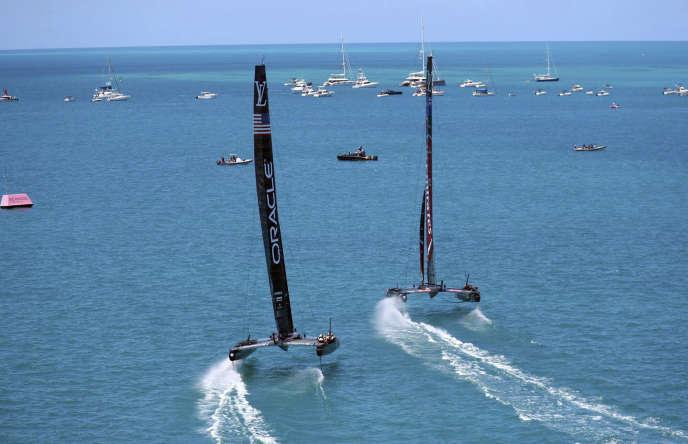 Le défi néo-zélandais semble voler sur l'eau, devant le défi américain dans la deuxième manche de la Coupe de l'America, aux Bermudes.