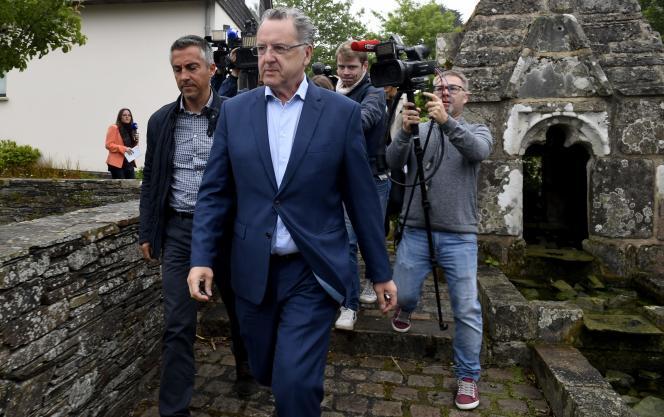Richard Ferrand,lors de sa campagne pour les législatives, à Motreff (Finistère), le 11 juin.
