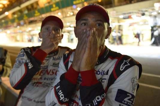 Les pilotes Stéphane Sarrazin et Mike Conway assistent, samedi 17 juin à 23h45, à l'abandon sur panne de leur Toyota nº 7. Au volant, leur coéquipierKamui Kobayashi.