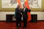 Le ministre des affaires étrangères indien, Vijay Kumar Singh (à gauche), et son homologue chinois, Wang Yi (à droite), à Pékin, le 18 juin 2017.