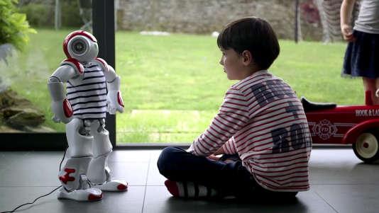 Un enfant avec un robot.