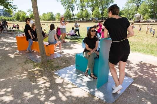 Les cinq modules de mobilier urbain «Kobro», conçus par Adrian Blanc permettent de créer de petits espaces de travail et d'échange, sur les places de quartiers d'affaires, à proximité du métro, dans les jardins publics...