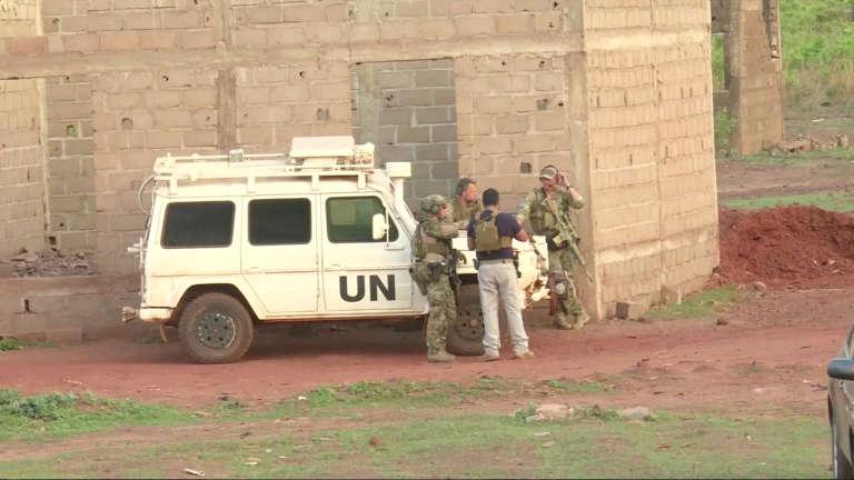 Des soldats français autour d'un véhicule des Nations unies, près de l'hôtel Le Campement, à l'est de Bamako, le 18 juin.
