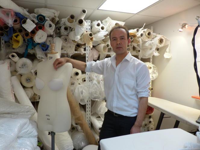 Hafiz Ghanbari, dans l'atelier du 17earrondissement où il travaille en CDD depuis six mois.