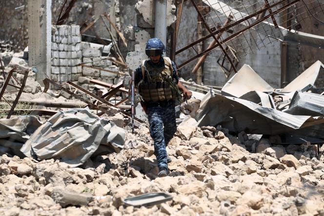 Après les bombardements américains durant la nuit, un soldat irakien s'avance dans la vieille ville de Mossoul, le 18 juin.