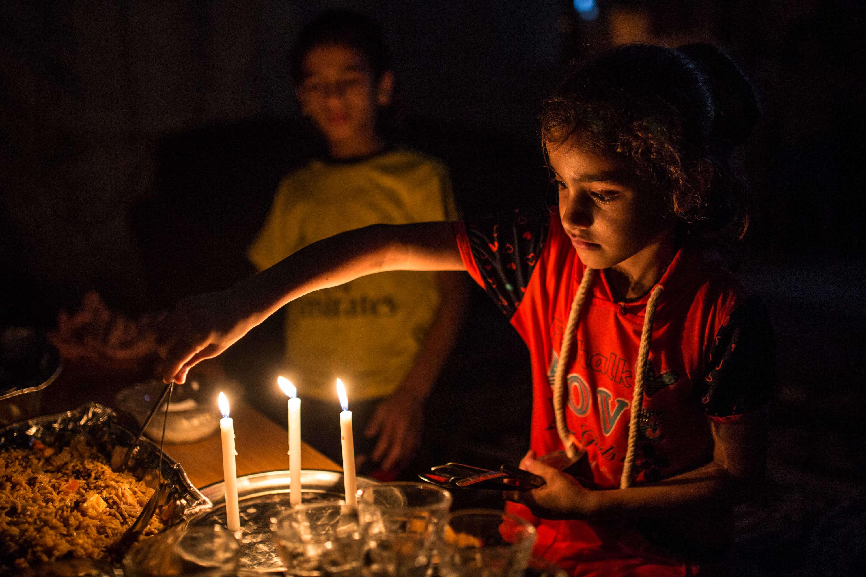 Les enfants d'Aman attendent l'iftar et aident leur mère à préparer le repas du soir.