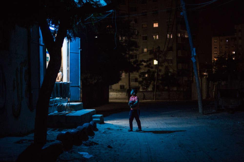 Un magasin illuminé par une LED, dans le centre de Gaza.