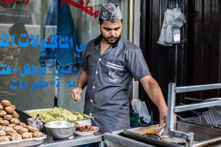 Les employés du restaurant Al-Khozondar, à Gaza, cuisinent pour l'iftar. Le gérant s'est abonné à un générateur qui appartient à un particulier, qu'il paie 1 500 shekels (380 euros) par mois afin d'avoir accès à l'électricité vingt-quatre heures sur vingt-quatre.