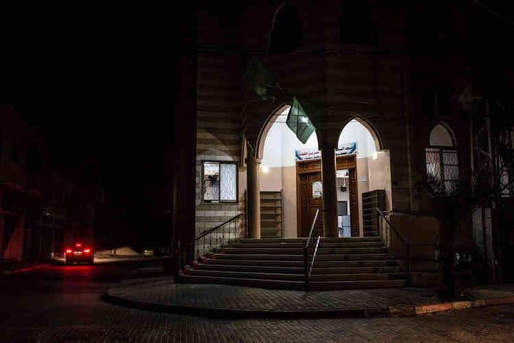 Entrée de la mosquée Omar, dans le quartier Arde Shanti (centre de Gaza) illuminée grâce à un générateur.