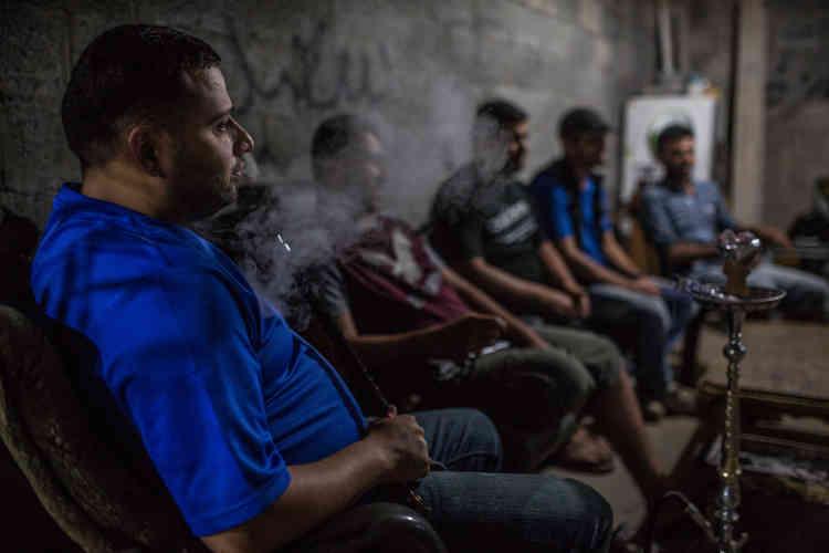 Rashad Ahmed, un ingénieur de 27 ans, a investi dans un générateur de deuxième main afin de fournir de l'électricité aux habitants de son quartier.