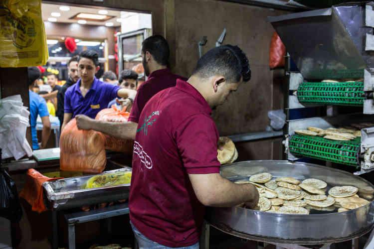 A la boulangerie Kamel Ajour & Sons, le gérant a dû acheter un générateur à 20 000 dollars(17 900 euros). L'essence pour le faire fonctionner lui coûte 300 dollars (268 euros) par jour. Si l'électricité à Gaza était accessible, il pourrait baisser ses prix.