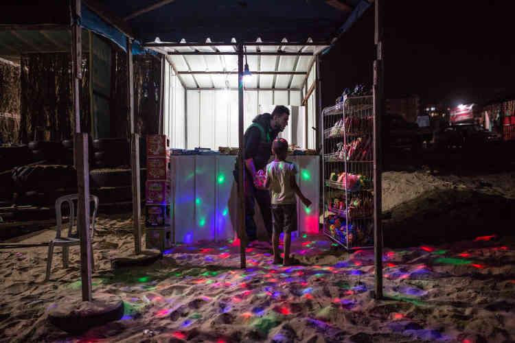 Ce petit magasin, situé en bord de mer, à Gaza, fonctionne grâce au générateur du propriétaire, qui coûte 1 500 shekels (380 euros) par mois.