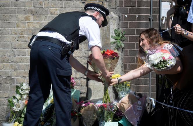 Plusieurs personnes sont venues déposer des fleurs à proximité des lieux de l'attaque, àFinsbury Park.