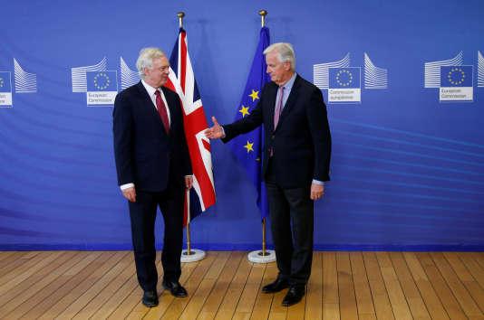 David Davis, le ministre britannique du Brexit, et Michel Barnier, le négociateur en chef de l'UE, à Bruxelles, le 19 juin 2017.