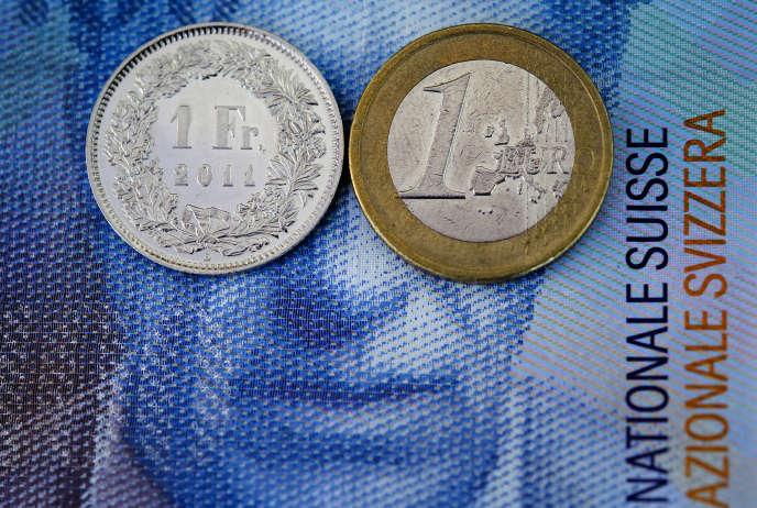Un franc suisse et un euro sur un billet de 100 francs suisses, le 17 août 2010 à Lausanne.