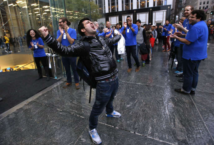 Rami Shamis devant l'Apple Store de la cinquième avenue de New York après avoir été le premier à acheter le nouvel Apple iPad Air, le 1er novembre 2013.