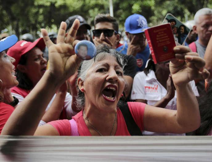 Une Vénézuélienne pro-pouvoir manifeste contre la procureure générale Luisa Ortega, à Caracas, le 19 juin.