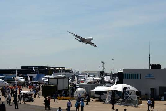 Un A380 d'Airbus s'apprête à se poser après un vol de démonstration au Salon du Bourget, le 19 juin.