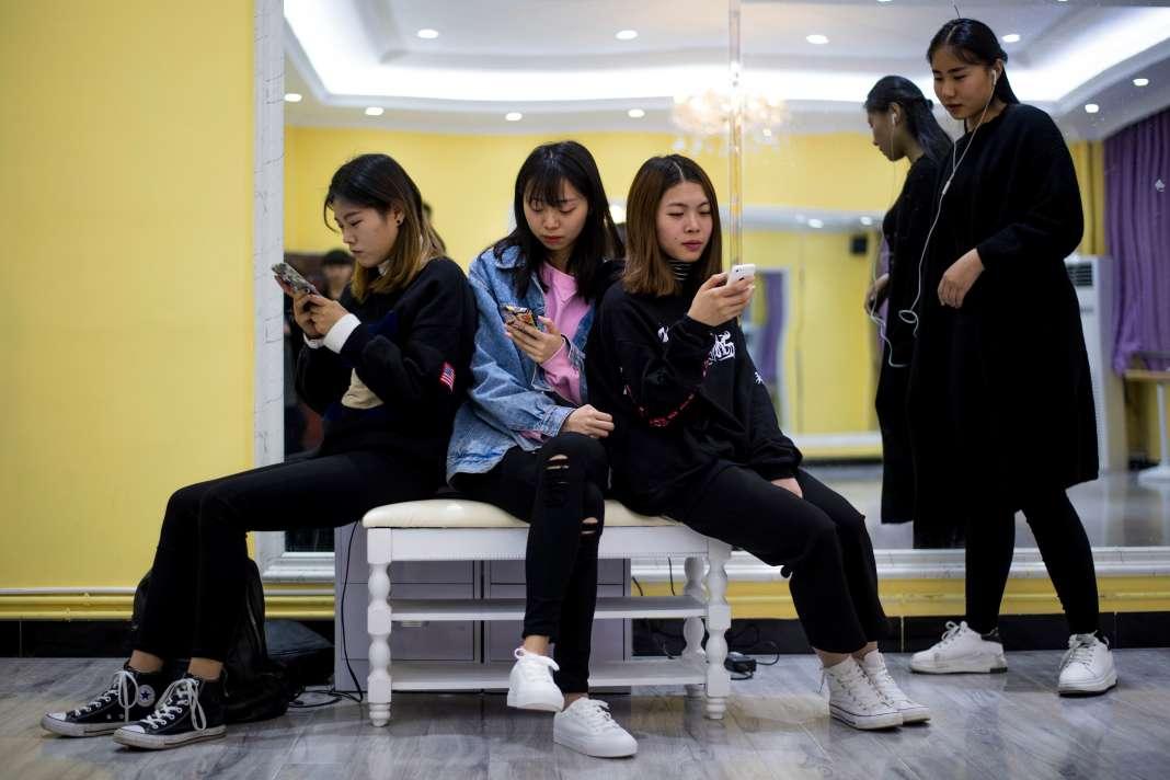 La plupart des contenus diffusés en direct sont inoffensifs. Sur l'application Inke, l'une des plus populaires, on trouve des centaines d'internautes racontant leur vie.