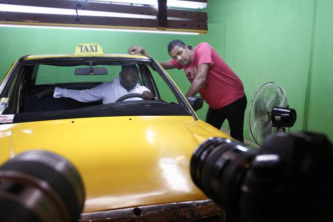 Koman Diabaté, alias F-One, à l'intérieur du taxi, et Toumani Sangaré, le réalisateur.