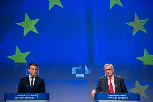 Le président français, Emmanuel Macron, et le président de la Commission européenne, Jean-Claude Juncker, au siège de l'institution, à Bruxelles le 15 mai.