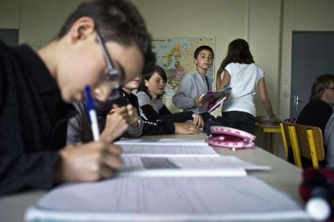 Un arrêté, publié dimanche 18 juin, rend possible le rétablissement des classes bilangues, latin et grec, et européennes au collège.