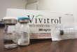 «Depuis les années1990, des prescriptions sans contrôle et encouragées par une partie de l'industrie pharmaceutique de médicaments pour soigner les douleurs ont conduit de nombreuses personnes à devenir dépendantes des opioïdes» (Vivitrol, traitement contre l'addiction aux opioïdes).